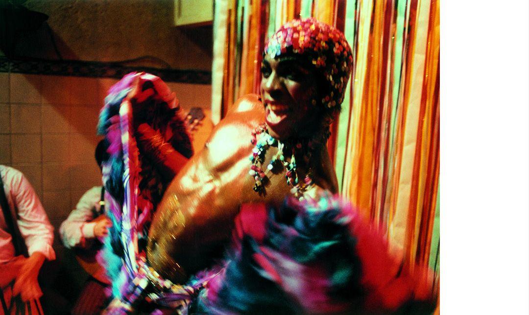凱里阿努茲的首部長片《妖姬莎塔》改編自巴西傳奇變裝皇后真實故事