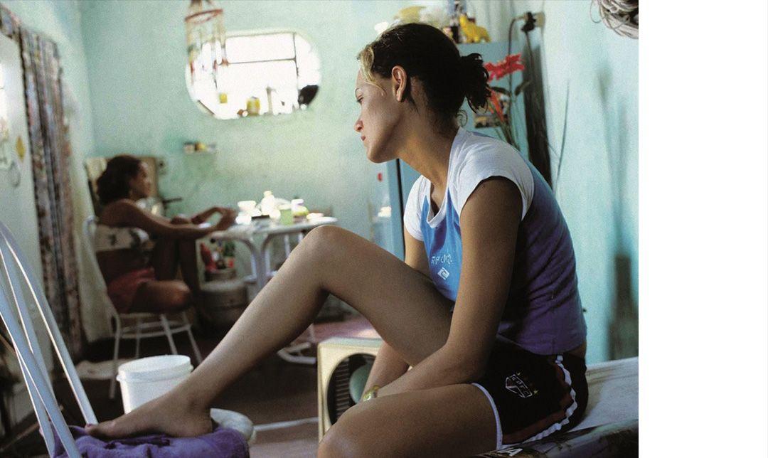 凱里阿努茲的《逆光》描述單親媽媽被迫出賣身體的經歷