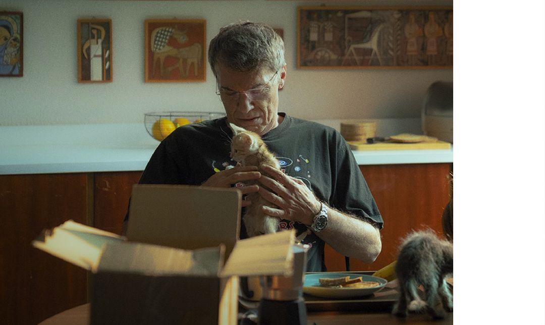 《再見父親》入圍今年柏林影展泰迪熊獎,捕捉返鄉照顧年邁父親的主角,在一次機緣下發現家庭錄影帶,帶領她重新認識如陌生人般的家人。